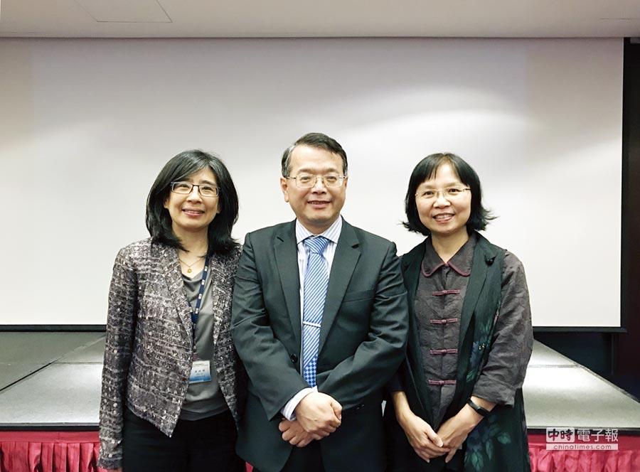 生技中心執行長吳忠勳(中)、副執行長陳繡暉(左)和張綺芬(右)。圖/杜蕙蓉