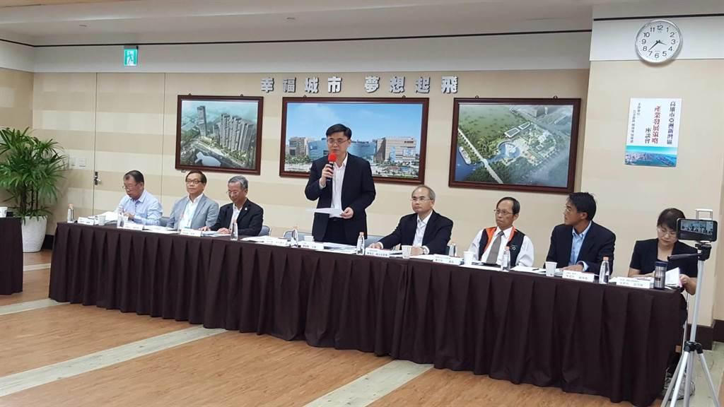 立委賴瑞隆今日呼籲中央和地方,規畫將高雄新市政中心,落腳205兵工廠,藉以帶動、發展亞灣成為高雄的中央商務區。(圖/顏瑞田攝)