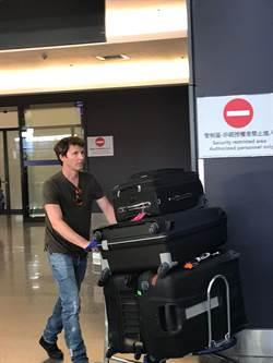 詹姆仕布朗特抵台親切度爆表 自推行李入關