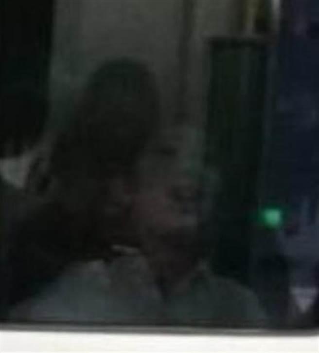 網友拍到疑似男孩趴在車廂窗外。(圖/翻攝自爆廢公社)