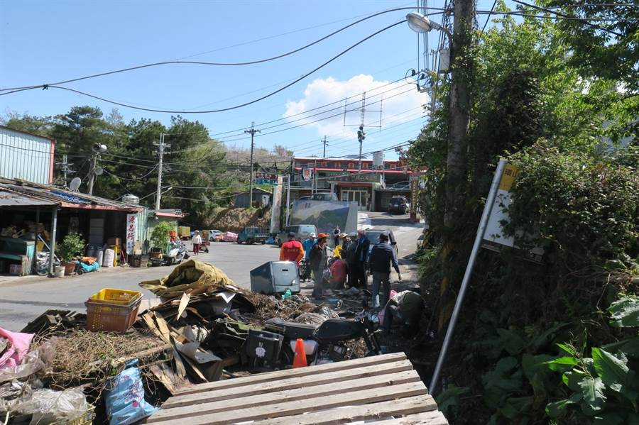 梨山清潔分隊與當地居民總動員,沿台七甲線「路清」,首日共清出50多公噸垃圾。(讀者提供)