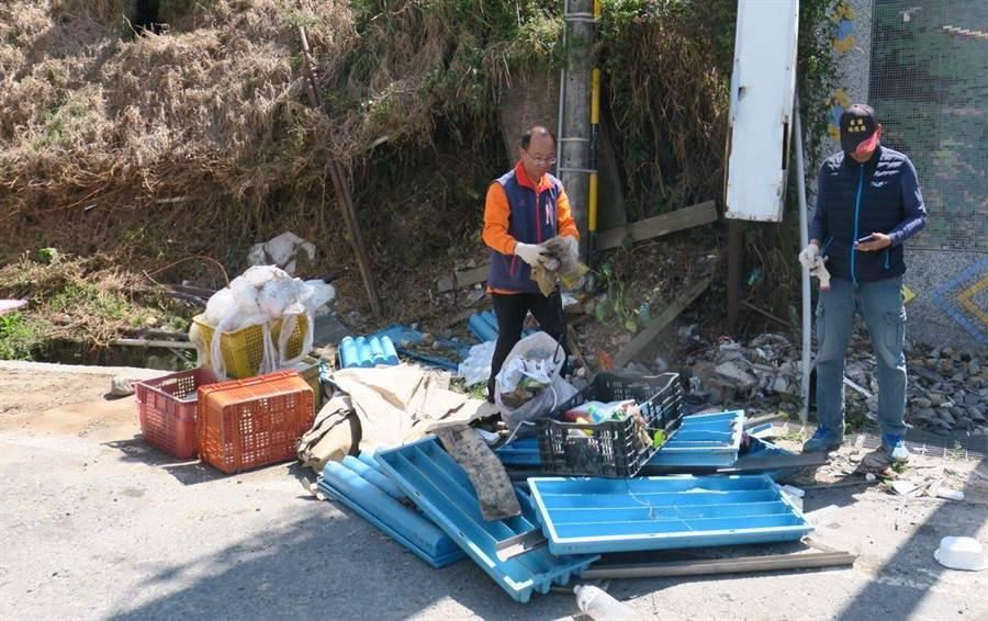 通往梨山要道遭人任意棄置廢棄物,清潔隊員與居民聯手清除。(讀者提供)