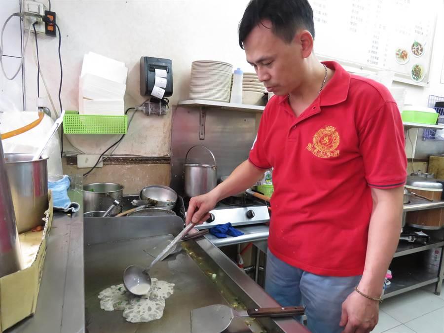 「漢口家」傳統小吃店緊鄰新北市中和區興南夜市,店內招牌蚵仔煎吸引不少饕客特地到訪。(葉書宏攝)
