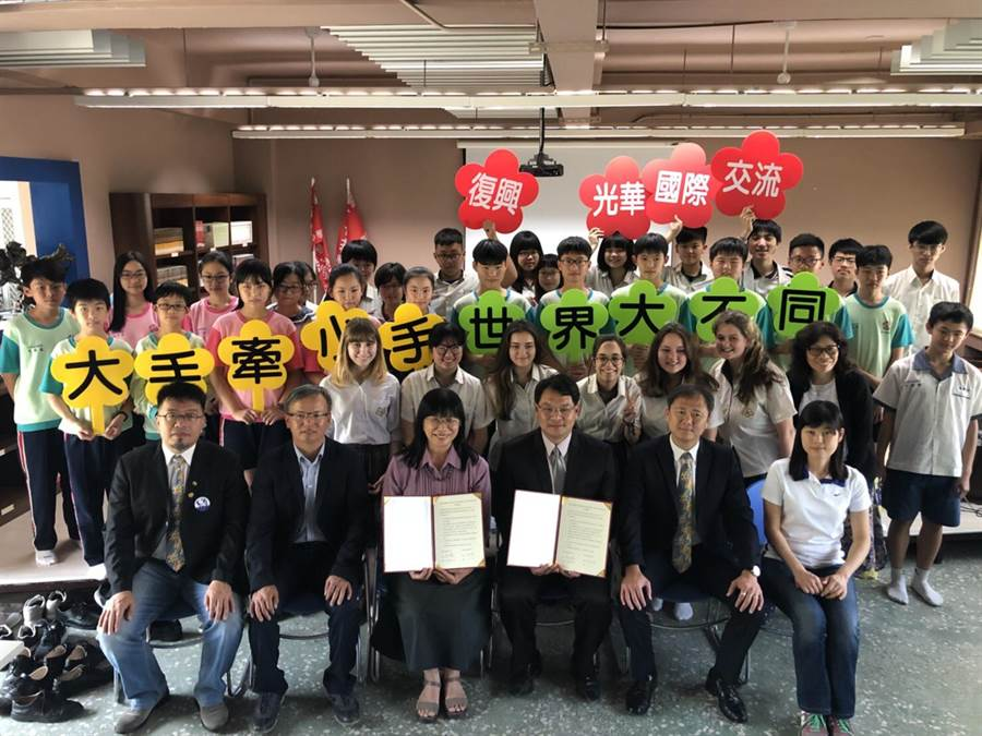 光華高中6位國際生走進復興國中展開國際交流。(曹婷婷攝)
