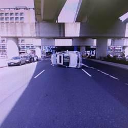 開車恍神自撞分隔島 車翻轉90度卡路中間