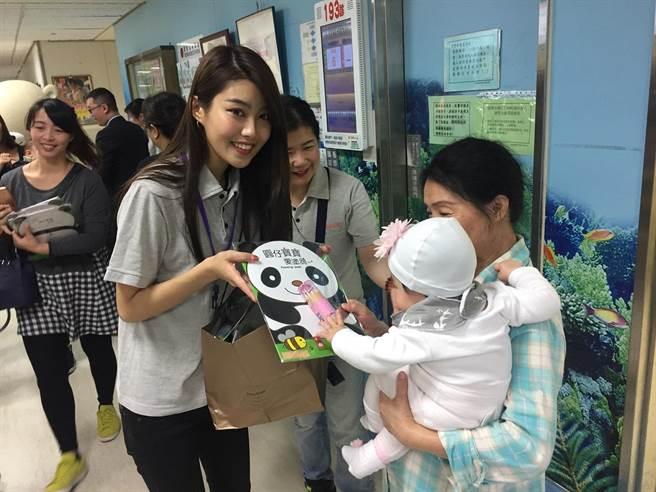 微風大姊姊宋蘋恩日前到三總兒童門診區發送繪本與畫具。(微風慈善基金會提供)