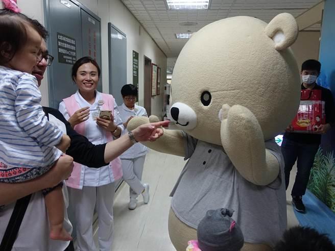 三總小兒科部主任田炯璽扮成微風熊,與小小朋友們互動。(微風慈善基金會提供)