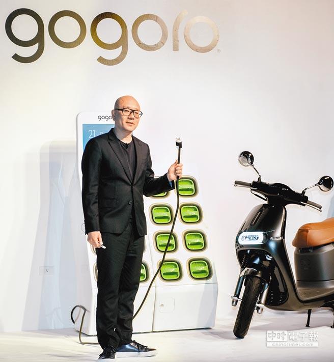Gogoro執行長與共同創辦人陸學森30日宣布,推出GoCharger Mobile隨車電池充電器,與GoStation Gogo電池交換站並行,增加充電池選擇,同時民眾也可以使用隨車電池充電器在家中充電。(鄭任南攝)
