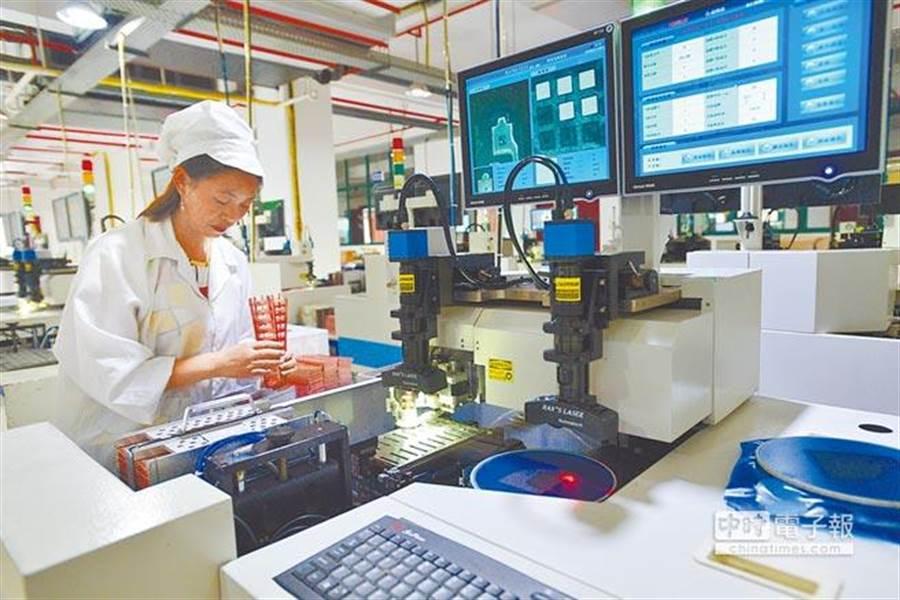 圖為湖北宜昌工人在半導體零件生產線作業。(新華社)