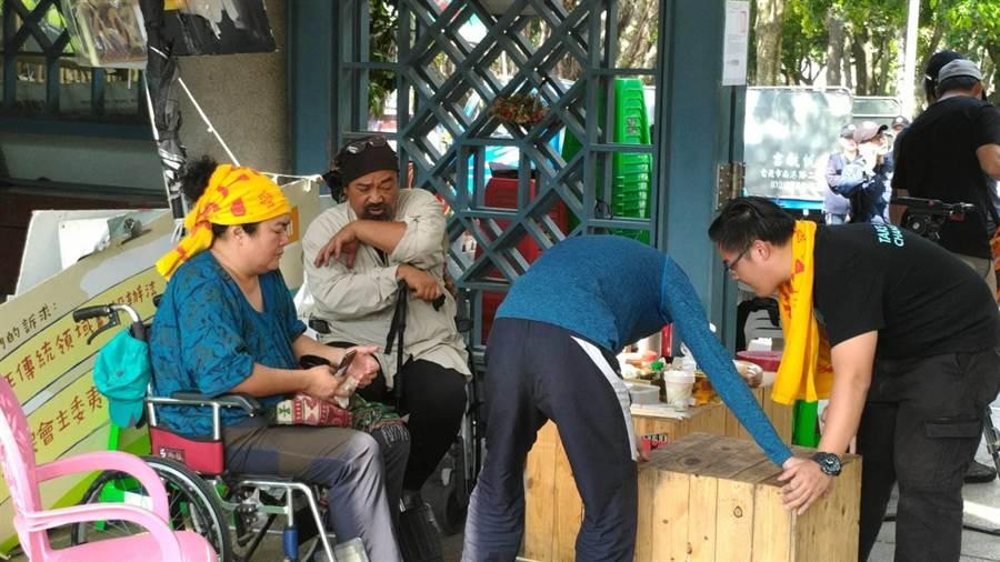 北市府要求撤離,原民團體也開始收拾「家當」。(台北捷運公司提供)