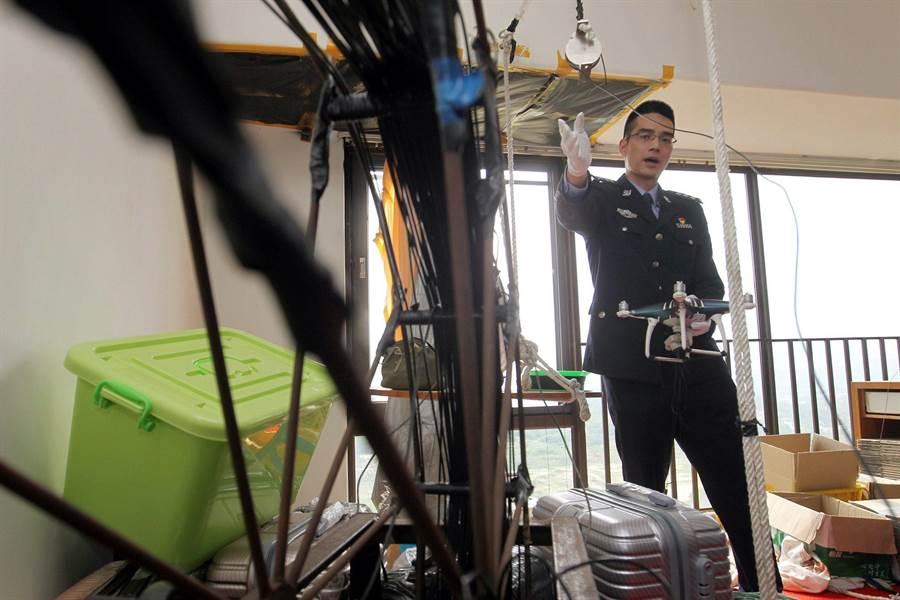 一名中國大陸海關人員3月29日在廣東深圳的犯罪現場,說明嫌犯如何利用無人機在香港與深圳拉索,走私iPhone智慧手機的情形。(南方都市報)