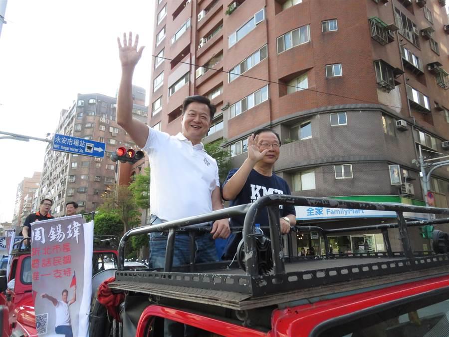新北市長參選人周錫瑋今(31日)下午,由立委林德福陪同在永和、中和車隊掃街。(葉書宏攝)