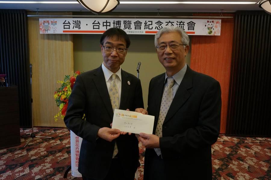 台中觀旅局陳盛山局長轉交林佳龍市長花博邀函給愛知縣代表。