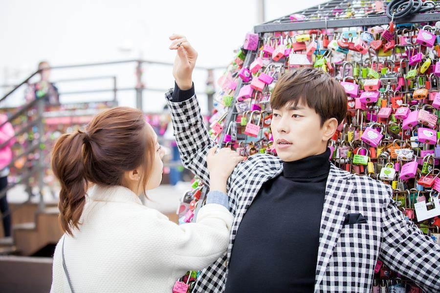 尹賢旻(右)劇中向白珍熙告白。(中天提供)