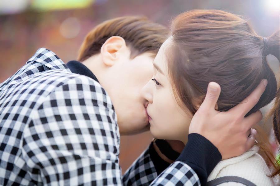 尹賢旻(左)霸氣擁吻。(中天提供)
