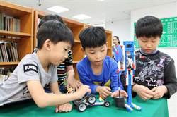 傑出發明家到偏鄉 啟發學童組裝機器人
