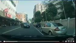 CR-V從對向直衝搶車位 網友怒問:請問怎處理?