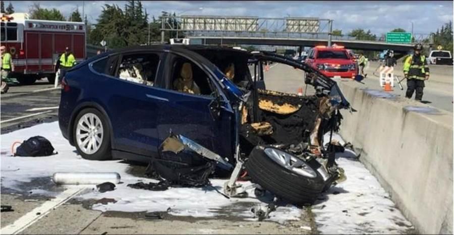 美國電動車大廠特斯拉(Tesla)上周五(3月31日)證實,Model X休旅車上個月在加州發生死亡車禍,駕駛是家住加州聖馬刁郡(San Mateo County)的38歲台灣裔男子,當時啟動半自動駕駛功能(Autopilot)後,失控撞上分隔島,送醫仍不治。(圖/美聯社)