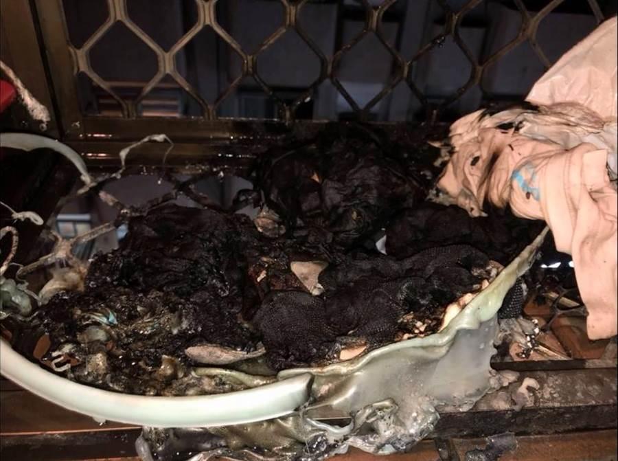 民宅陽台被燒得焦黑。(謝瓊雲翻攝)