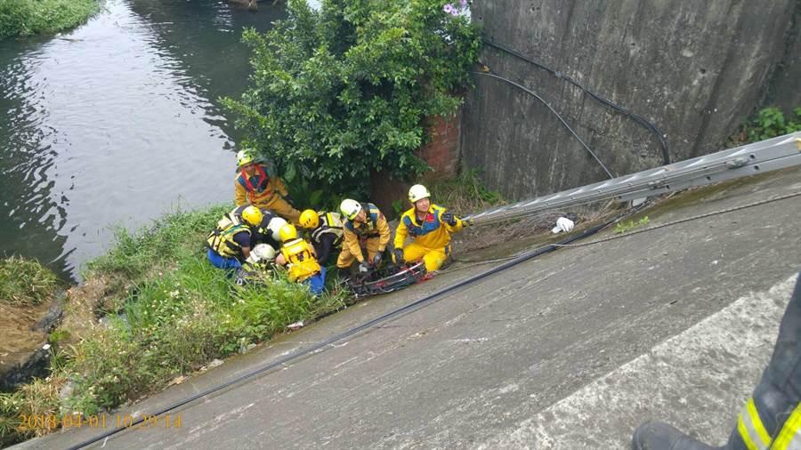 警消以吊掛方式救起宋姓越南移工,並將他送醫救治。(林欣儀翻攝)