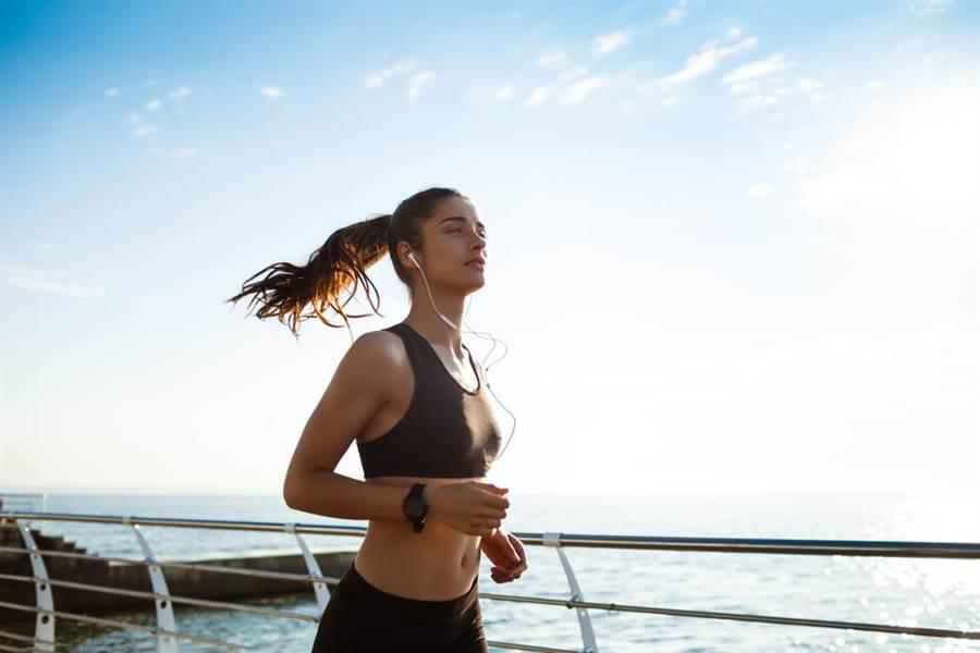 女子生理期來之前跑步,造成黃體囊腫破裂,全身失血量高達51%險送命。(示意圖/shutterstock)