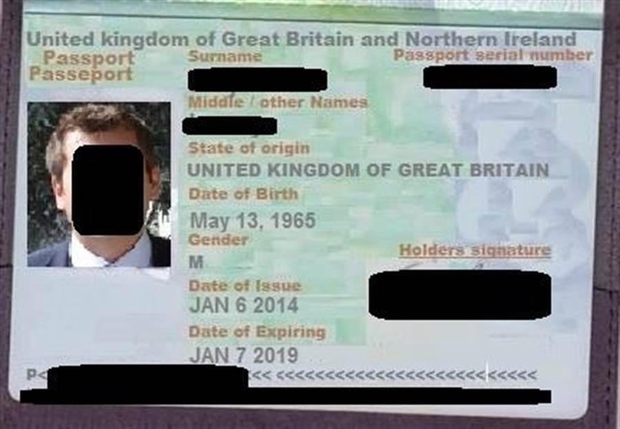 詐騙集團用偽造的護照,虛擬一個英國石油工程師的身分行騙。(警方提供)