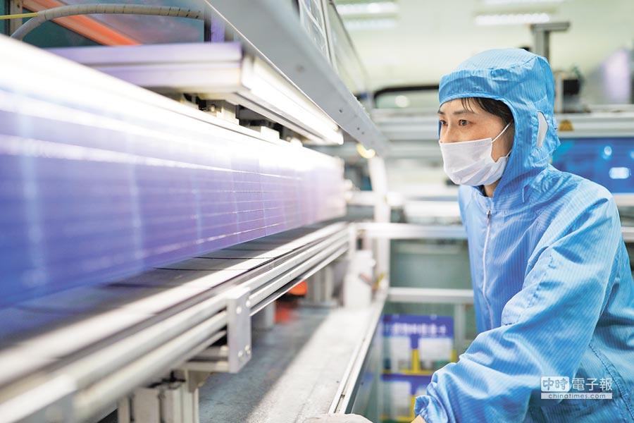 大陸江蘇連雲港一家太陽能板公司的生產線上,一名員工正仔細檢視產品。美國貿易代表署指控大陸強迫外國企業技術轉移,並提供大陸高科技產業大規模補貼。(路透)