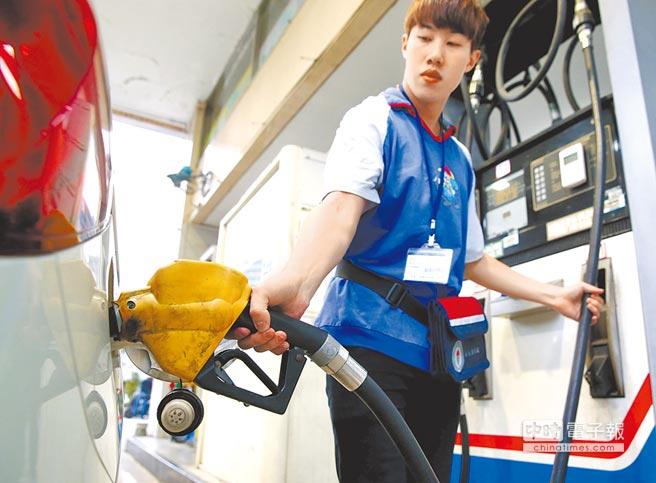 中油宣布,今(2)日凌晨起,汽、柴油價格每公升分別上漲0.2元與0.3元(本報資料照片)