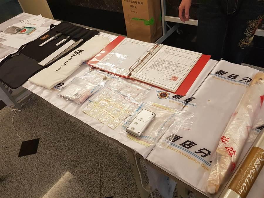 警方查獲刀、棍、本票、借據、毒品K他命等證物。(葉書宏翻攝)