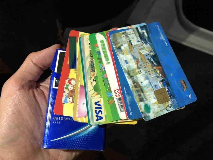 廖男香菸盒裏裝著19張提款卡。(馮惠宜翻攝)