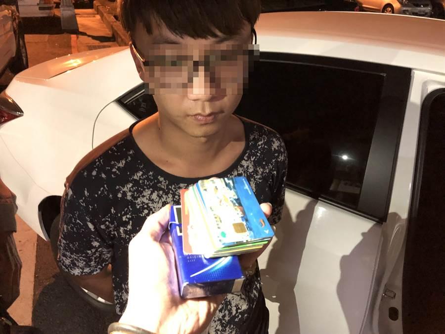 廖姓男子以香菸盒裝提款卡做掩飾,被眼尖的員警發現是車手。(馮惠宜翻攝)
