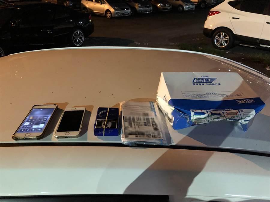 警方也在廖男駕駛的租賃小客車車內搜出2個剛從附近超商取回的包裹,裡面為人頭帳簿2本及4張提款卡。(馮惠宜翻攝)