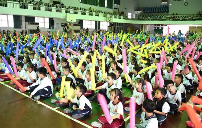 ▲炎峰國小邀請瀟灑哥樂團演唱學童票選的流行熱門歌曲,讓孩童樂翻天,不時揮舞彩色汽球表達他們興奮心情。(楊樹煌攝)
