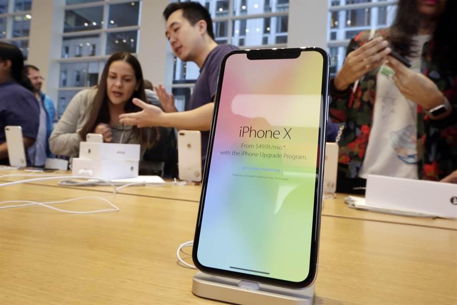 美國紐約第五大道蘋果專賣店展示的iPhone X智慧手機。(美聯社)