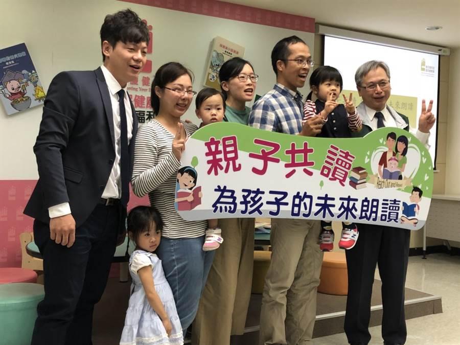 衛福部國健署今舉辦「親子共讀」推廣記者會,左1為台灣展臂閱讀協會的創辦人陳宥達。(倪浩倫攝)