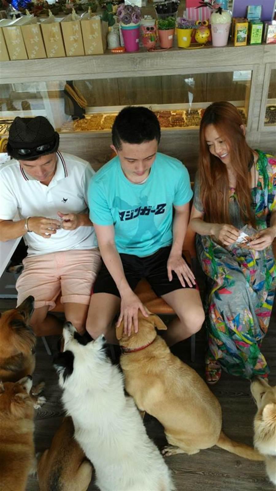 孫鵬和狄鶯曾帶兒子孫安佐一起到楊懷民的宜蘭狗園探視流浪狗們。(取材臉書)