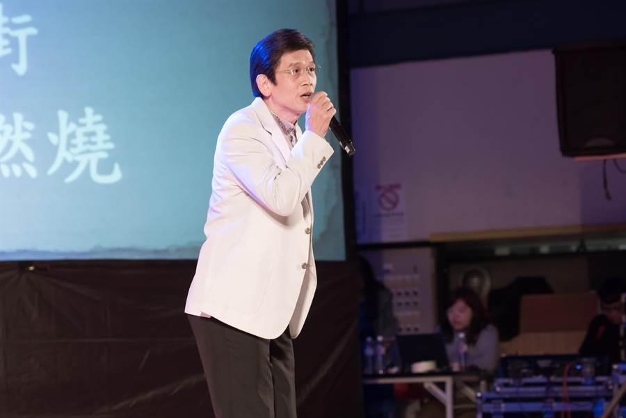三屆金鐘歌王殷正洋用歌聲向志工致敬。(梁俊華攝)