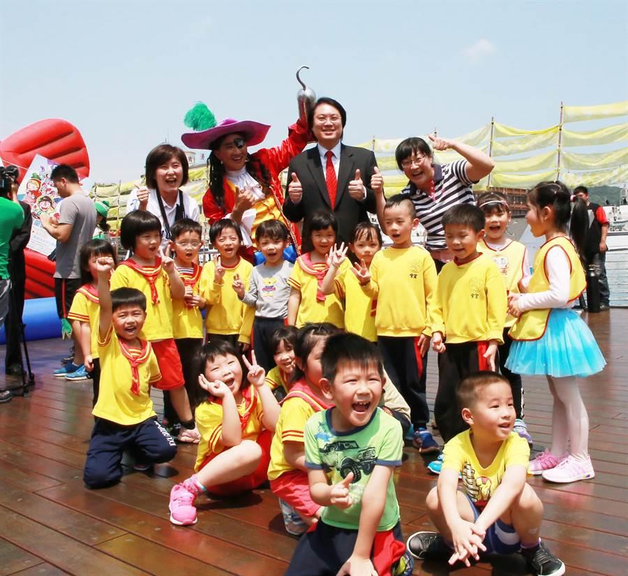 「基隆童話藝術節」於4日到8日共5天連假登場,市長林右昌(後排中)帶領著仙洞國小的小朋友,一起歡迎民眾利用連假到基隆遊玩。(張穎齊攝)