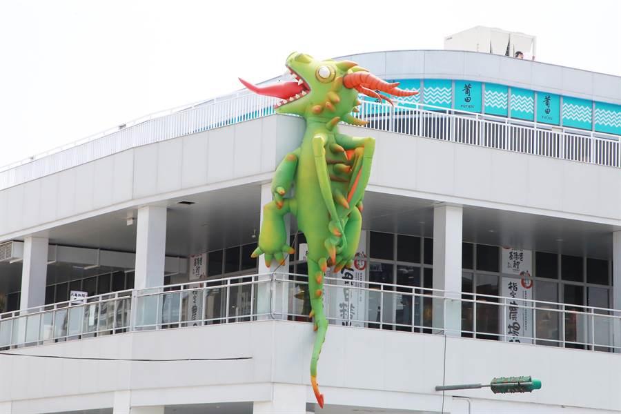 東岸商場上掛有1隻大型Dragon。(張穎齊攝)
