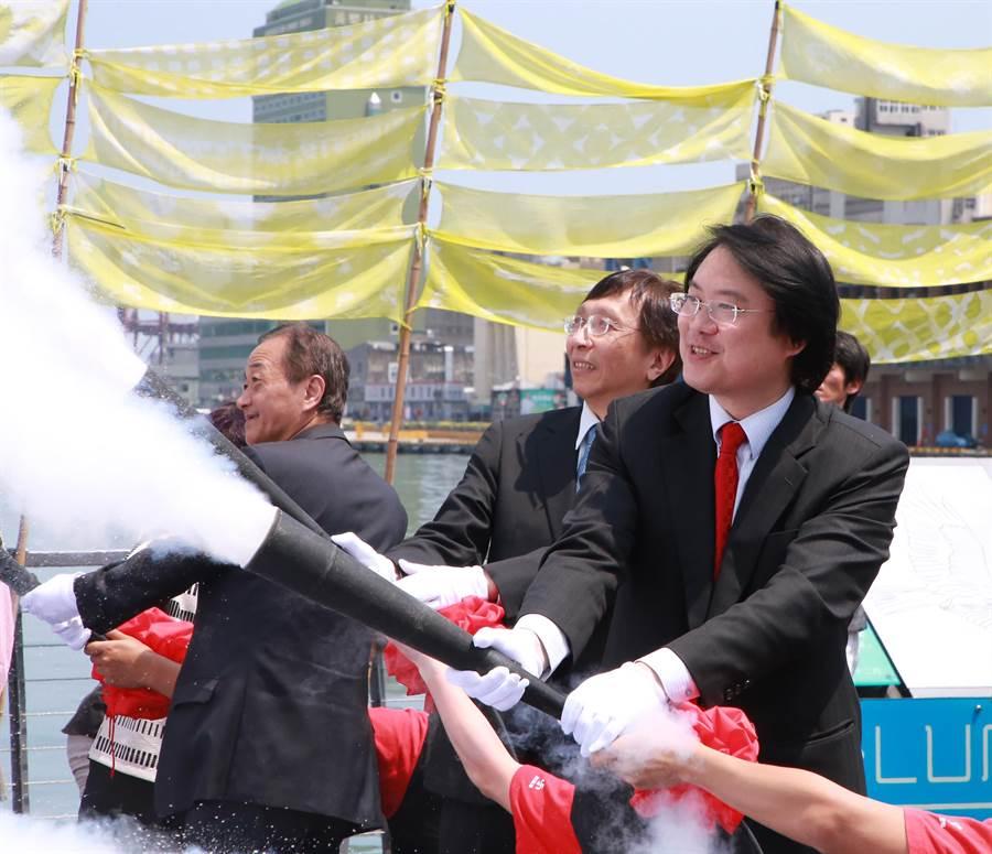 林右昌提噴槍為劇偶洗泡泡澡。(張穎齊攝)