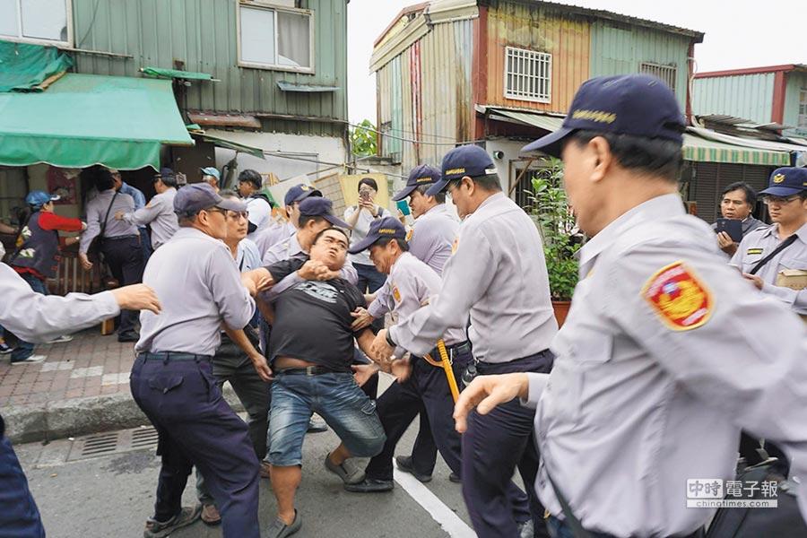 拉瓦克部落拆遷過程,警民發生數波衝突。(柯宗緯攝)