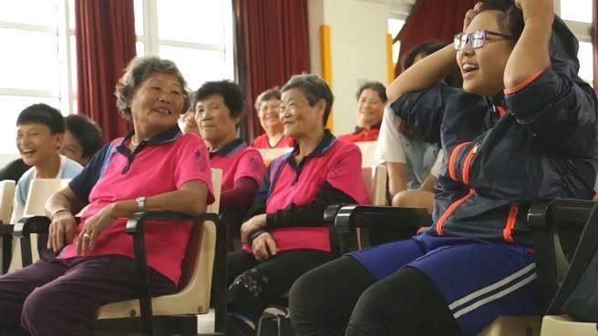 課堂上只見歡笑,不見世代的隔閡。(圖/信義房屋 提供,下同)
