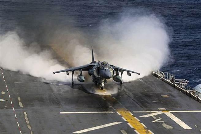 AV-8B戰機有4個向量噴嘴,起飛時噴氣澎湃。(圖/美國海軍)