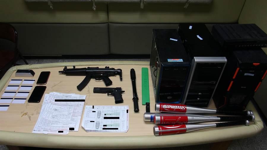 警方在鍾嫌租車行內查扣球棒、電擊棒、電腦主機、租車契約、本票等贓證物。(張妍溱翻攝)