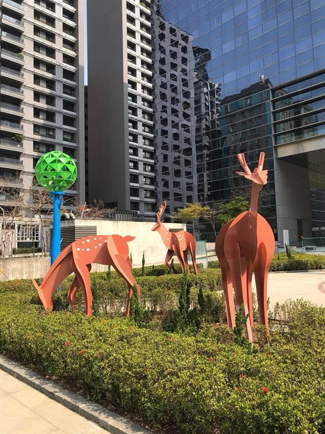 4隻台灣梅花鹿矗立於綠帶矮籬中,讓來到廣場民眾看見台灣梅花鹿的公共藝術,更能尊重歷史、珍惜自然,豐富多樣的學習環境。(陳世宗攝)