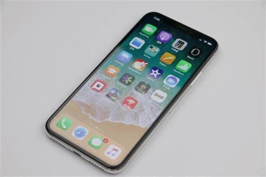 蘋果在iPhone X之中首度採用OLED螢幕,但沒有導入類似三星在Galaxy S系列手機中的側邊曲面螢幕設計,仍是平面螢幕。(圖/黃慧雯攝)