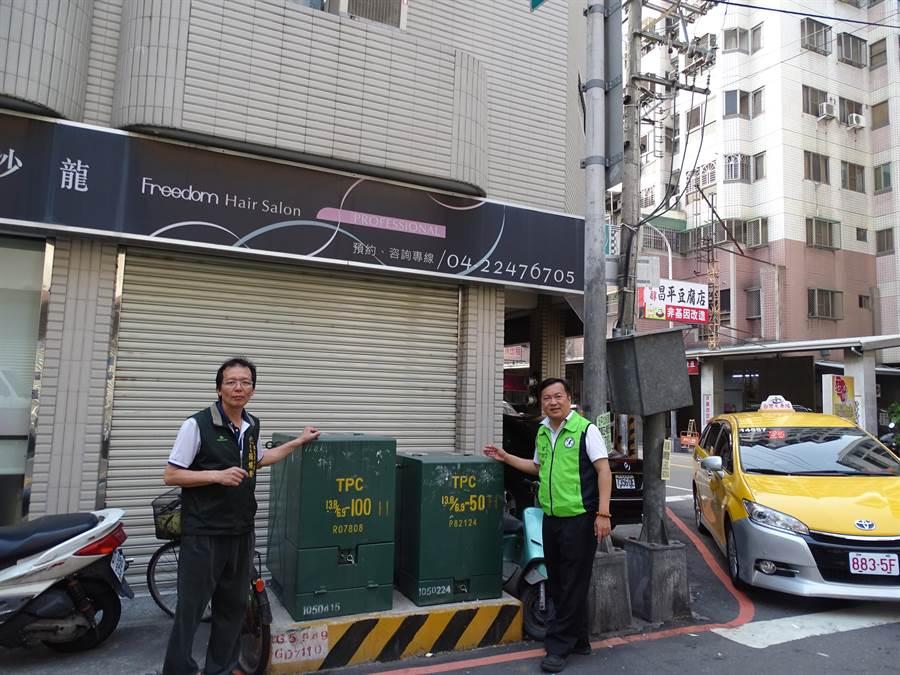 市議員曾朝榮(右)爭取電線、電纜線全面地下化工程,藉此改善整潔市容景觀空間。(陳世宗翻攝)