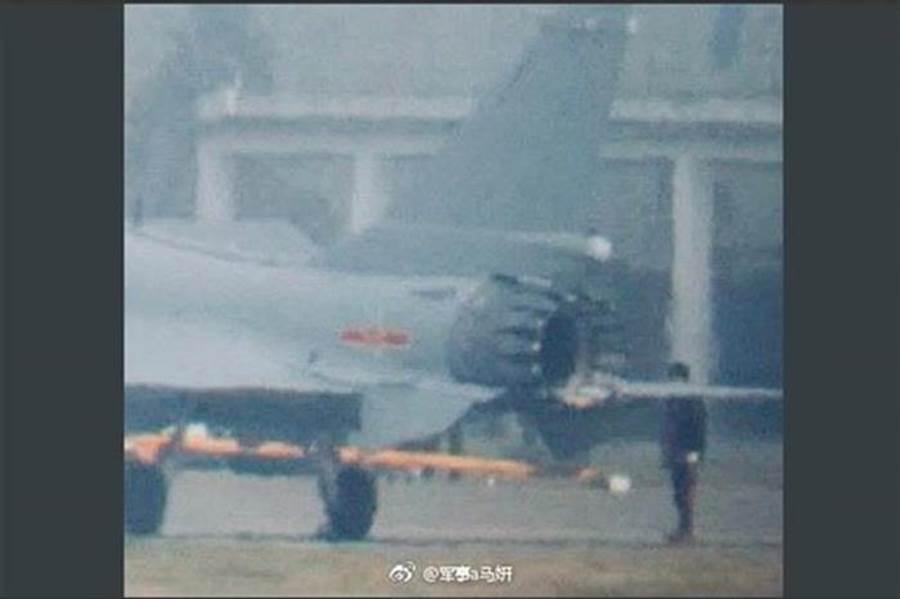大陸軍事論壇曾流出疑似鋸齒噴管的殲10C。(圖/網路)