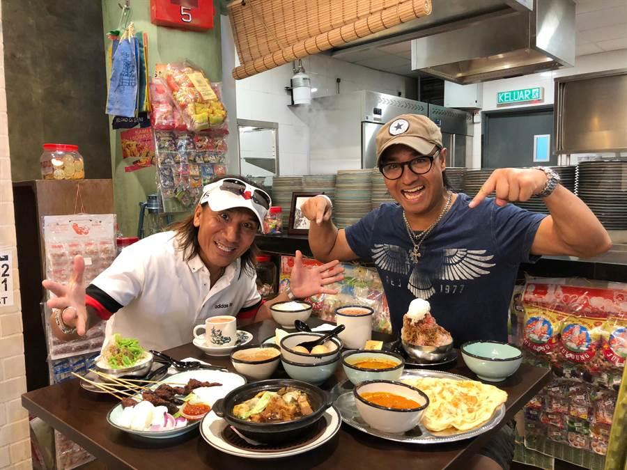 尤秋興(右)、顏志琳日前在大馬趁空品嚐美食。(華研國際提供)