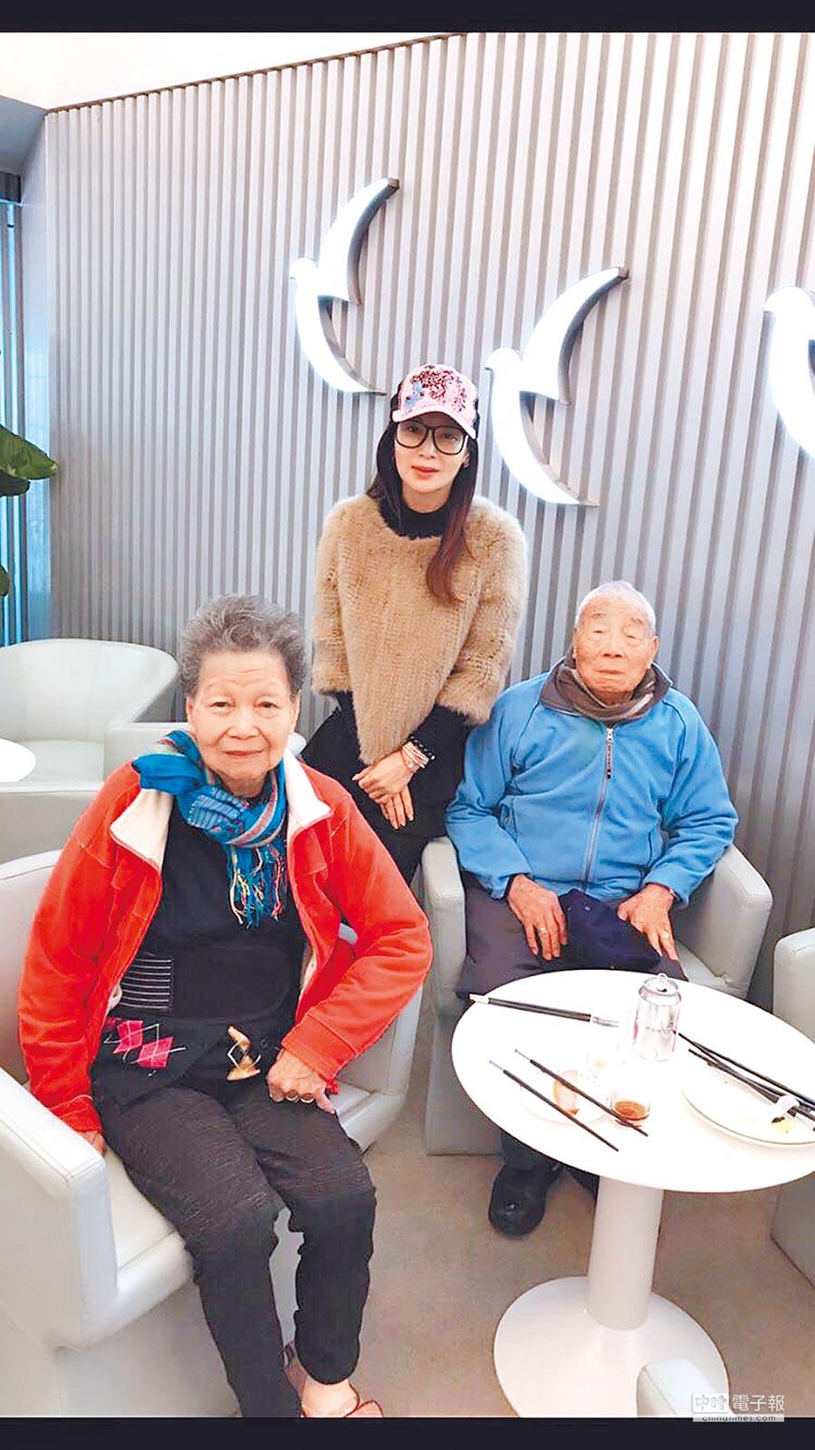 蔡秋鳳(中)日前帶爸媽到澳門玩12天。